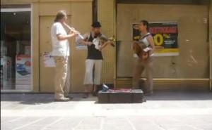 Scène de rue à Carcassonne (Strohviol, accordéon diatonique, flûte traversière)