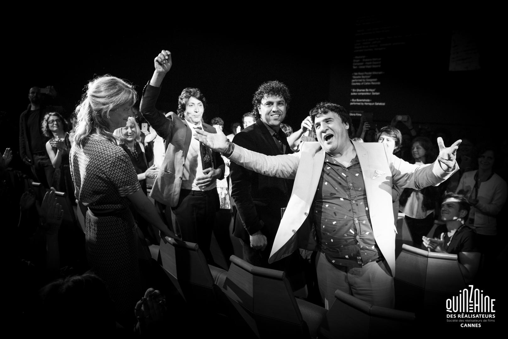 La fin de projection de Nothingwood, réalisé par Sonia Kronlund à Cannes. Salim Shaheen et son équipe.
